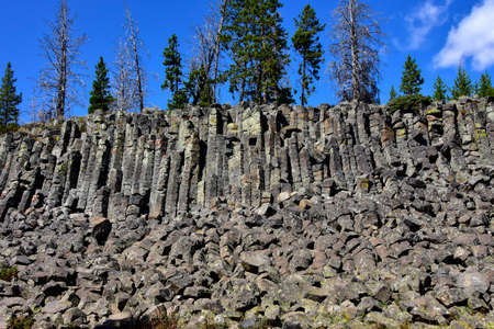The strange rock formation at Sheepeater cliffs at Yellowstone National Park. Imagens
