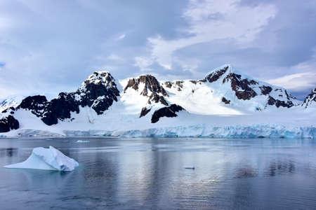 Iceberg floating infront of Elephant Island, Antarctica. Imagens