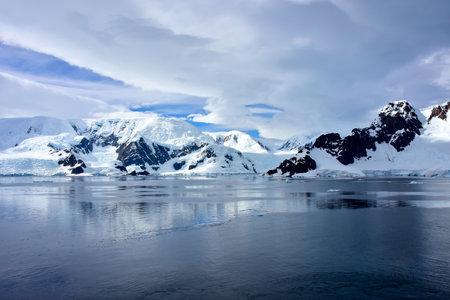 Cruising past the extreme terrain in Antarctica. Imagens
