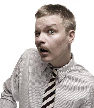 facial gestures: Hombre en camisa y corbata haciendo expresi�n divertida. Aislados en blanco.  Foto de archivo