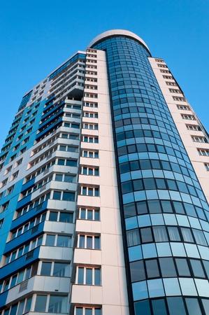 Hoch modernes Gebäude Standard-Bild - 9530345