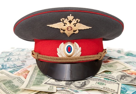 gorra polic�a: Police cap and money on white background