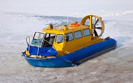 aéroglisseur: Aéroglisseur sur la rive d'une rivière gelée Banque d'images
