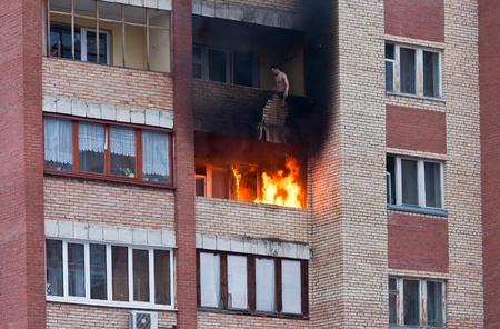 house on fire: El fuego en uno de los apartamentos de una gran casa de vecindad Editorial