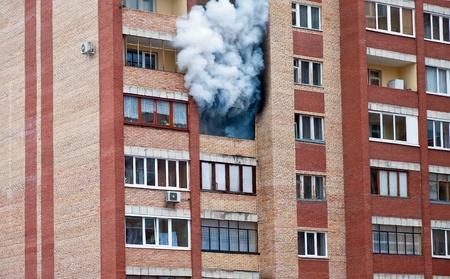 Feuer in einer der Wohnungen eines großen Mietskaserne Standard-Bild - 13096905