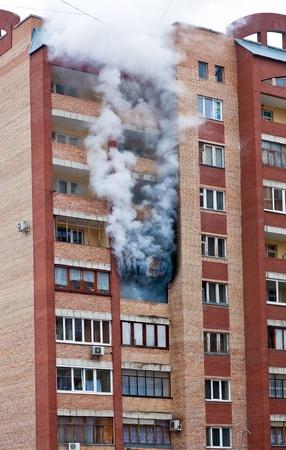 Feuer in einer der Wohnungen eines großen Mietskaserne Standard-Bild - 13096904