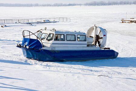 aéroglisseur: Hovercraft traversée Frozen River Volga à Samara, en Russie