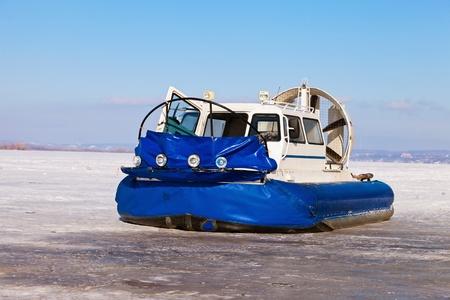 aéroglisseur: Hovercraft sur la rive d'une rivière gelée