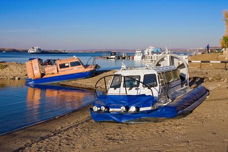 aéroglisseur: SAMARA, Russie - 20 octobre: ??Hovercraft sur la rive de la rivière Volga en été, le 20 Octobre 2010 à Samara, en Russie. Volga est l'un des plus grands fleuves d'Europe