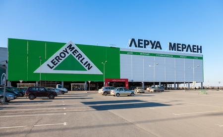 merlin: SAMARA, Rusia - 19 de abril 2014 Leroy Merlin Samara tienda Leroy Merlin es una tienda de mejoramiento del hogar y la jardiner�a francesa sirviendo trece pa�ses Editorial