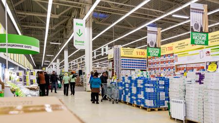 mago merlin: SAMARA, Rusia - 18 de octubre 2014: Interior de la tienda Leroy Merlin Samara. Leroy Merlin es un minorista de mejoramiento del hogar y jardiner�a franc�s que sirve trece pa�ses