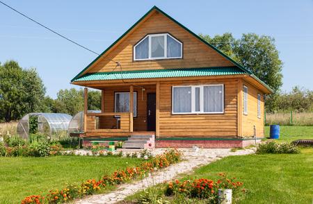 Neue Holzhaus auf dem Lande in der Sommerzeit Editorial