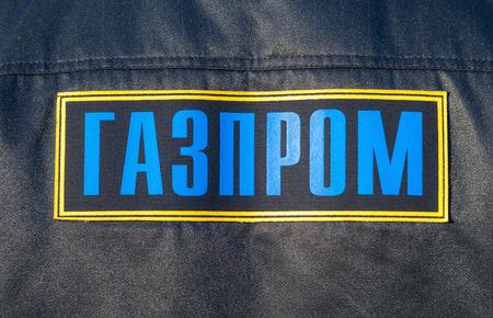 """overol: Inscripci�n en """"Gazprom"""" ruso en monos Foto de archivo"""