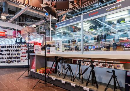 retail chain: SAMARA, RUSSIA - 24 gennaio 2015: Interno del negozio di elettronica M-Video. � la pi� grande catena di vendita al dettaglio di elettronica di consumo russo