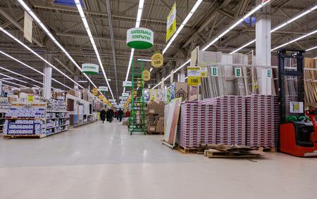 mago merlin: SAMARA, Rusia - 24 de enero de 2015: Interior de la tienda Leroy Merlin Samara. Leroy Merlin es un minorista de mejoramiento del hogar y jardiner�a franc�s que sirve trece pa�ses