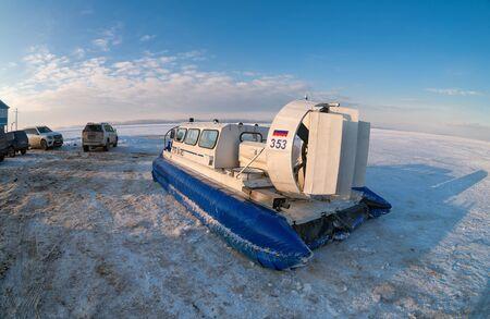 aéroglisseur: SAMARA, RUSSIE - 14 février 2015: Hovercraft sur la glace de la rivière Volga congelé à Samara