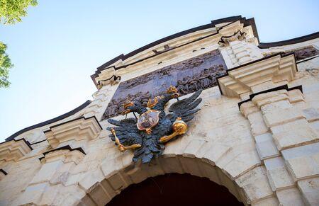 scettro: Aquila a due teste con scettro e sfera sopra la porta principale Fortezza di Pietro e Paolo a San Pietroburgo, Russia Archivio Fotografico