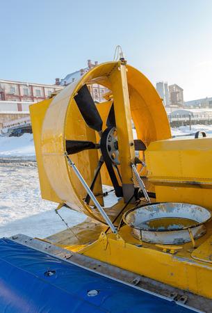 aéroglisseur: Hovercraft sur la glace de la rivière gelée