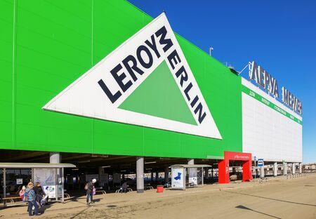 mago merlin: SAMARA, Rusia - 14 de marzo 2015: Leroy Merlin Samara tienda. Leroy Merlin es un minorista de mejoramiento del hogar y jardinería francés que sirve trece países Editorial
