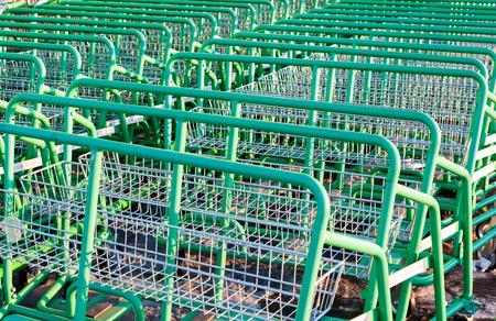 merlin: SAMARA, Rusia - 17 de marzo 2015: Gran carro de compras verde Leroy Merlin tienda vac�a. Leroy Merlin es un minorista de mejoramiento del hogar y jardiner�a franc�s que sirve trece pa�ses