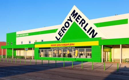 mago merlin: SAMARA, Rusia - 17 de marzo 2015: Nueva Leroy Merlin Samara tienda. Leroy Merlin es un minorista de mejoramiento del hogar y jardinería francés que sirve trece países