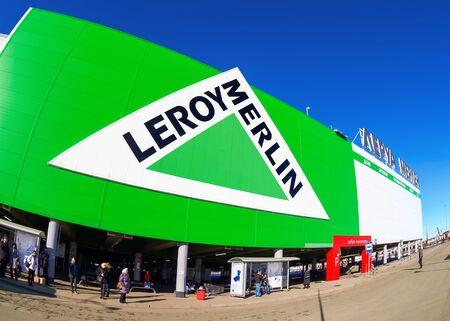 mago merlin: SAMARA, Rusia - 14 de marzo 2015: Leroy Merlin Samara tienda. Leroy Merlin es un minorista de mejoramiento del hogar y jardiner�a franc�s que sirve trece pa�ses Editorial