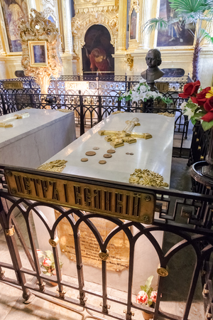 peter the great: SAINT PETERSBURG, RUSSIA - AUGUST 9, 2014: Tomb of Peter the Great in the Peter and Paul cathedral Editorial