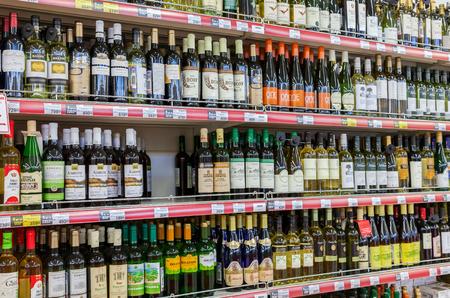 alcool: SAMARA, RUSSIE - 12 avril 2015: Showcase boissons alcoolisées à l'aimant de l'hypermarché. Le plus grand détaillant de la Russie. Elle a été fondée en 1994 à Krasnodar