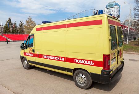 """humanisme: SAMARA, RUSSIE - 1 mai 2015: la voiture d'ambulance gar�e dans la rue. Texte sur russe: �soins de courte dur�e"""" Editeur"""