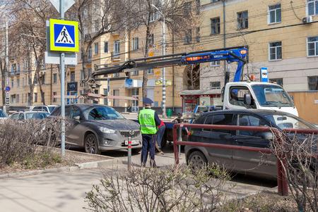 evacuacion: SAMARA, Rusia - 01 de mayo 2015: veh�culo de evacuaci�n para violaci�nes de tr�fico Editorial