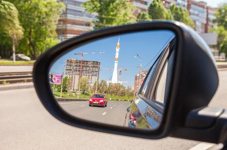 espejo: SAMARA, Rusia - 23 de mayo 2015: Reflexi�n en el espejo retrovisor de un coche Editorial