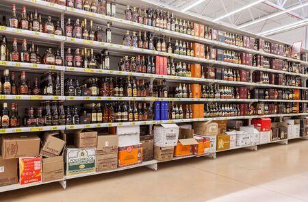 bebidas alcohÓlicas: SAMARA, Rusia - 13 de junio, 2015: Muestre bebidas alcohólicas en el hipermercado Auchan. Red de distribución francés Auchan reúne a más de 1300 tiendas