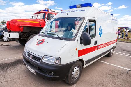 """SAMARA, Rusland - 13 juni 2015: Ambulance auto geparkeerd in de straat. Tekst op Russisch: """"Team van emergency response"""""""