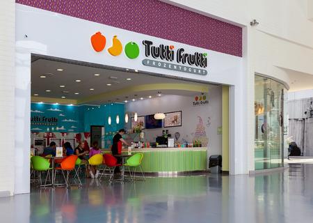 yogur: SAMARA, Rusia - 13 de junio, 2015: Tutti Frutti Frozen Yogurt rama en un centro comercial de Ambar. Tutti Frutti Frozen Yogurt es una marca internacional al por menor de autoservicio yogur congelado