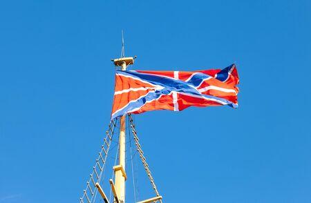 serf: Serf drapeau marine russe sur le m�t contre le ciel bleu