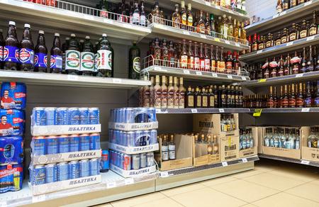 bebidas alcoh�licas: VYBORG, RUSSIA - JULY 15, 2015: Showcase alcoholic beverages at the supermarket Dixi