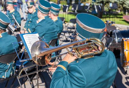 trombon: SAMARA, RUSSIA - AUGUST 12, 2015: Musician brass band playing the trombone on a sunny day