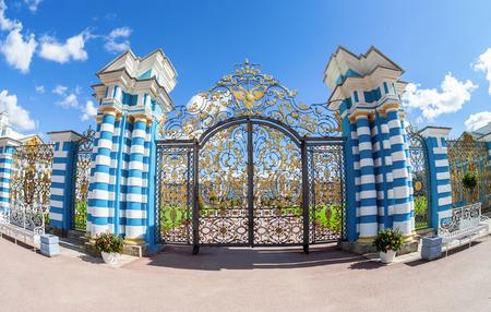 palacio ruso: Calados entramado de Palacio de Catalina - la residencia de verano de los zares rusos. Pushkin, San Petersburgo Editorial