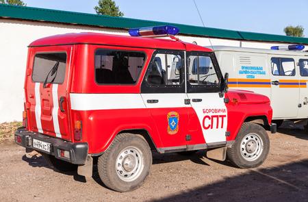 """humanismo: Borovichi, Rusia - 04 de agosto 2015: Coche de rescate estacionado en la calle. Texto en ruso: """"El servicio de rescate de emergencia Profesional"""""""