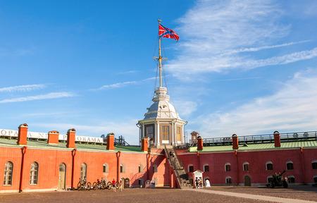 siervo: San Petersburgo, Rusia - AGOSTO 5, 2015: bandera Serf Armada rusa en el asta de la bandera en el Narishkin Bastion de Pedro y Pablo Fortaleza
