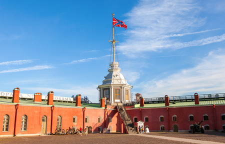 siervo: ST.PETERSBURG, RUSSIA - AUGUST 5, 2015: Serf Russian Navy flag on the flagpole at the Naryshkin Bastion of Peter and Paul Fortress Editorial