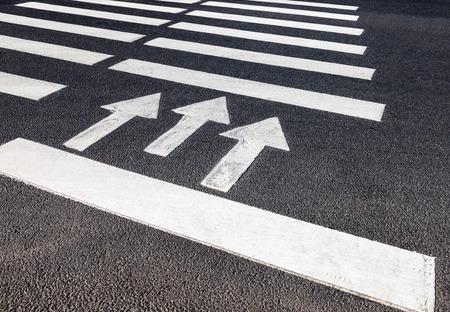 Zebrastreifen mit weißen Markierungslinien und Bewegungsrichtung auf Asphalt Standard-Bild - 47724696