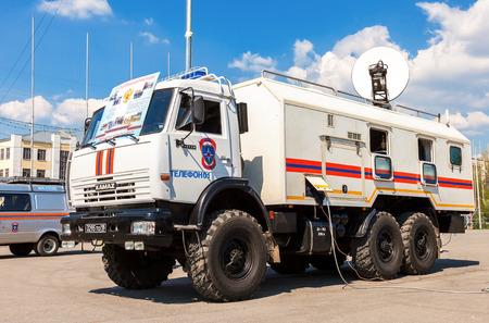 humanismo: SAMARA, Rusia - 26 de abril 2014: Rescate del veh�culo estacionado en la calle en d�a soleado