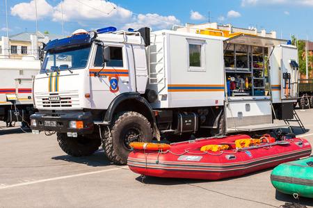 humanism: SAMARA, Rusia - 26 de abril 2014: Rescate del veh�culo estacionado en la calle en d�a soleado
