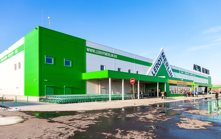 mago merlin: SAMARA, Rusia - 29 de noviembre, 2015: Nueva tienda Leroy Merlin Samara. Leroy Merlin es una de mejoramiento del hogar y jardinería minorista francés que sirve trece países
