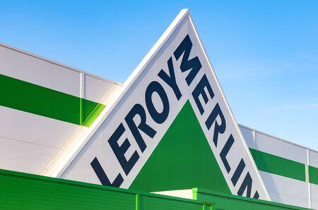 mago merlin: SAMARA, Rusia - 29 de noviembre, 2015: Leroy Merlin signo marca contra el cielo azul. Leroy Merlin es una de mejoramiento del hogar y jardinería minorista francés que sirve trece países