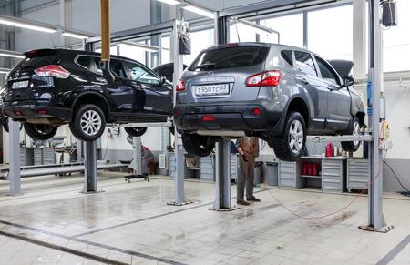 SAMARA, Rusland - 10 januari 2016: Binnen in de auto reparatie tankstation van de officiële dealer van Nissan. Nissan is een Japanse multinational automaker