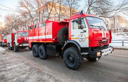 humanismo: SAMARA, Rusia - el 10 DE ENERO DE, 2016: camiones de bomberos rojos KAMAZ-43114 a toda velocidad por una calle de una llamada Editorial