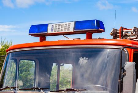 humanismo: Primer plano de la sirena luz intermitente azul en el techo del cami�n de bomberos rojo
