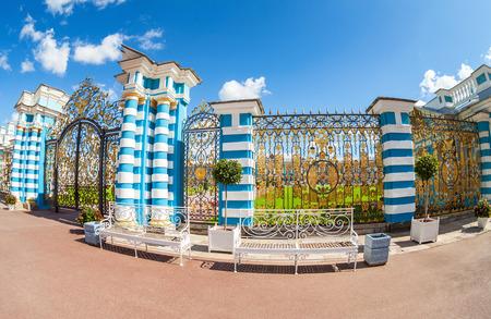 Russian palace: SAN PETERSBURGO, Rusia - AGOSTO 4, 2015: Puerta a cielo abierto del palacio de Catherine - la residencia de verano de los zares rusos. Ts�rskoye Selo, Rusia
